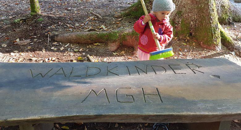Kind putzt Waldkindergartentisch