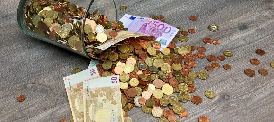 Blick auf Münzen und Banknoten