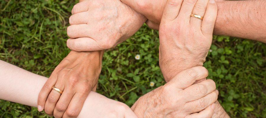 Blick auf ineinandergreifende Hände