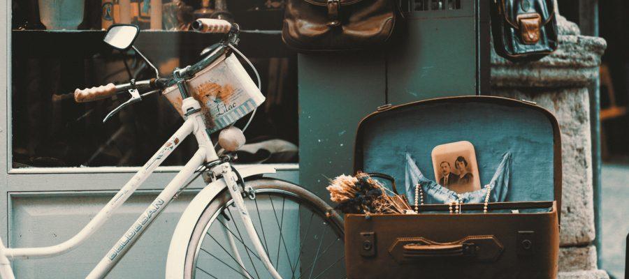 Blick auf ein altes Fahrrad und einen alten Koffer