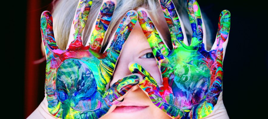 Blick auf bunte Kinderhände