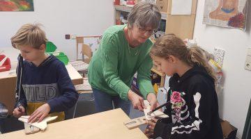 Kinder arbeiten in der Kinderwerkstatt