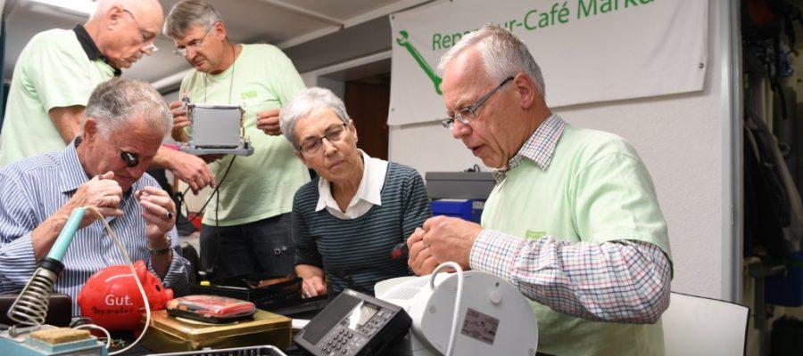Blick auf das Reparatur-Café Team bei der Arbeit