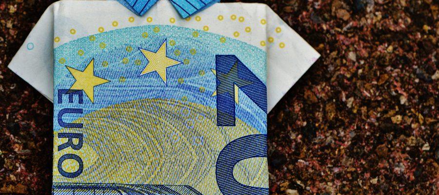 Blick auf gefalteten Geldschein