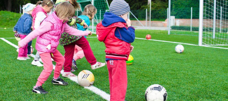 Blick auf mit dem Ball spielende Kinder