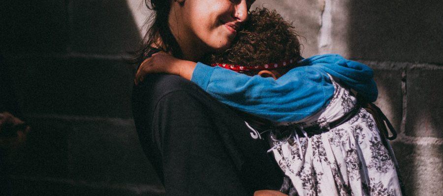 Blick auf Frau mit Kind im Arm