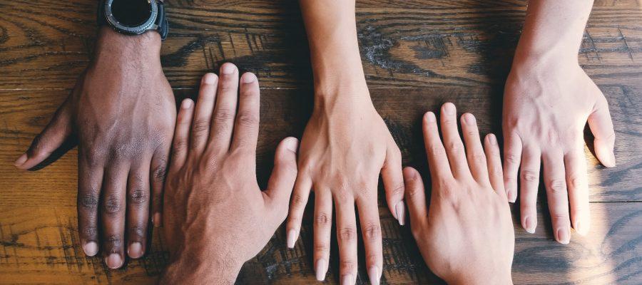 Blick auf ein paar Hände