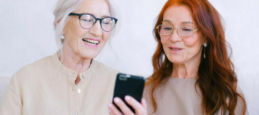 Zwei Frauen blicken auf ein Smartphone