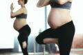 Blick auf Schwangere beim Yoga