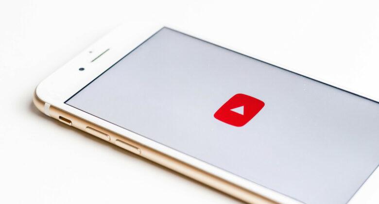 Blick auf ein Smartphone mit YouTube Symbol