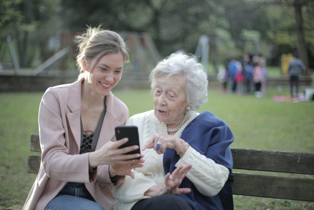 Blick auf zwei Personen mit Handy