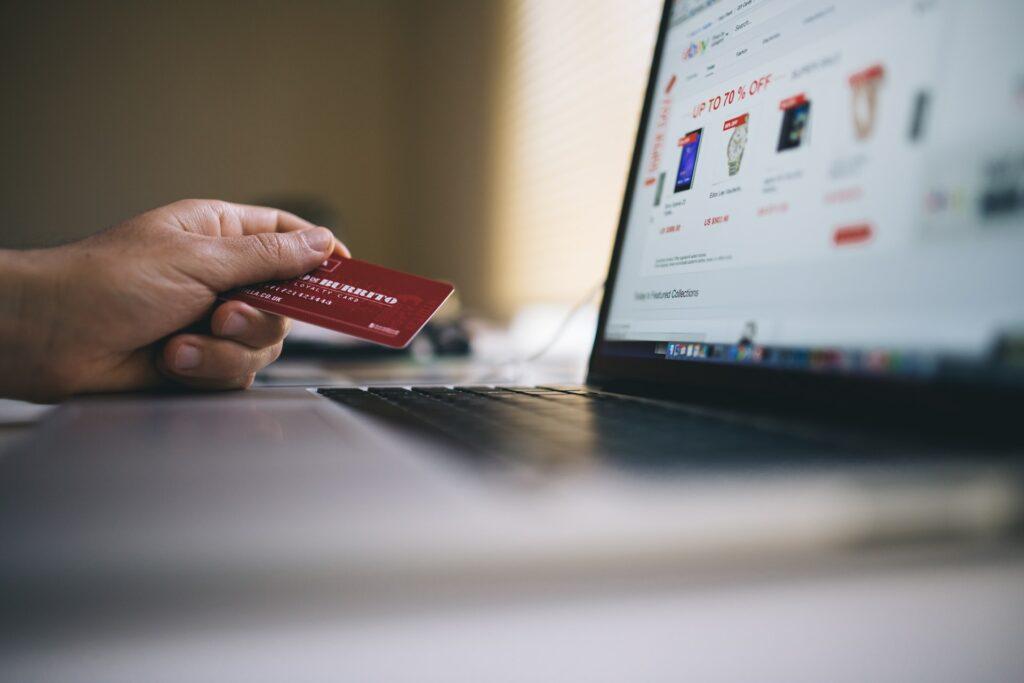 Blick auf eine Laptop beim Onlineshopping