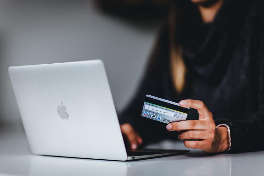 Blick auf einen Laptop beim Online Banking